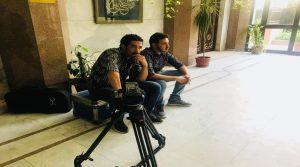 ناشطة يمنية تصفع دبلوماسي مقرب من الفار هادي بصحن التورتة على وجهه داخل سفارة اليمن بالقاهرة وصحفي يكشف التفاصيل